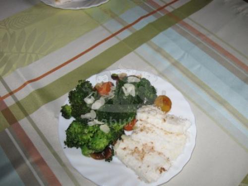 Titlu: Tofu in nuca de cocos, cu broccoli si morcovi in vinaigrette de soia cu migdale.  Ingrediente (2 portii):  200 g tofu japonez gata de servit 1 capatana ...