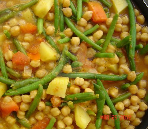 African potato chick peas stew  Ingrediente: 1 ceapa 170g 1 ardei iute 10g ghimbir radacina 20g 5 catei usturoi 23g 1 lingurita boia 1 lingurita curry 2 lingurite cumin macinat 1/4 lingurita scortisoara 1/4 lingurita ...