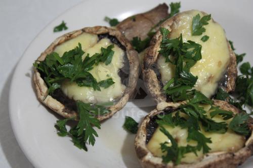 """INGREDIENTE pentru 1 portie:  * ciuperci champignon – 214 gr (4 """"palarii"""" mari) * sare, piper – dupa gust * mozzarella – 75 gr * patrunjel tocat  MOD DE PREPARARE:  Ciupercile ..."""